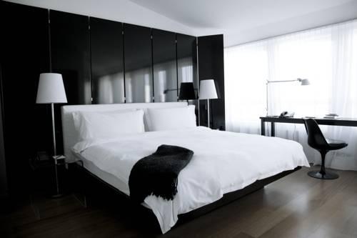 Pokój hotelowy utrzymany w tonacji biało - czarnej