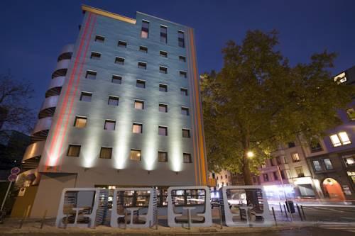 Innowacyjne ławeczki przed hotelem 25hours Hotel The Goldman, Niemcy