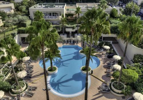 Widok na basen z lotu plata w hotelu Ambassadeur