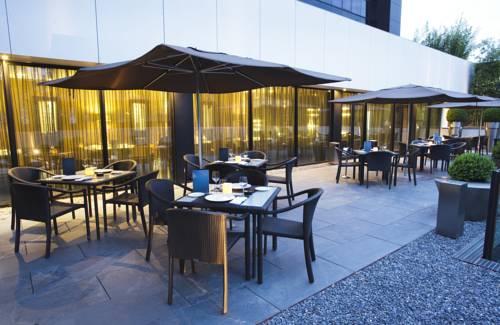 Taras przystosowany do spozywania posiłków w ac hotel atocha by marriott