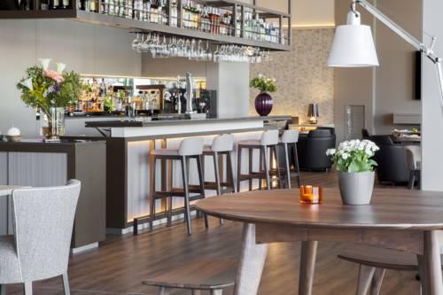 Barek oraz jadalnia w hotelu Ac Hotel Cordoba by Marriott