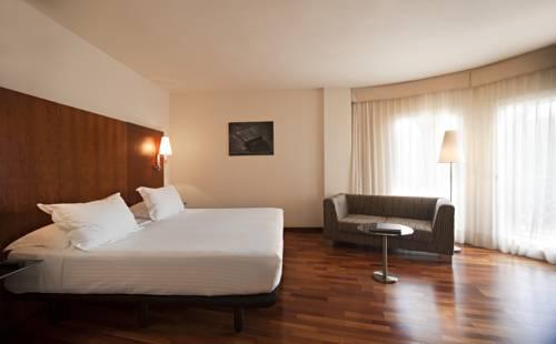 Drewniane panele w pokoju ac hotel la linea by marriott