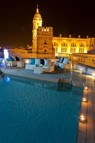 Basen ze świecami i widokiem w ac hotel malaga palacio by marriott