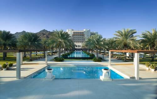 Glówna alejka w hoteli al bustan palace a ritz carlton hotel