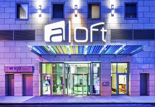 Innowacyjny szyld na wejści do hotelu aloft na manhattanie