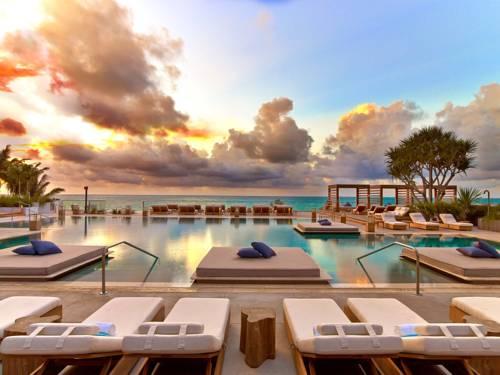 Basen rekreacyjny w hotelu Aloft South Beach Hotel przy zachodzącym słońcu, stany Zjednoczone