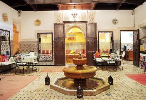 Stylowewnętrze z fontanną w angsana riads collection morroco