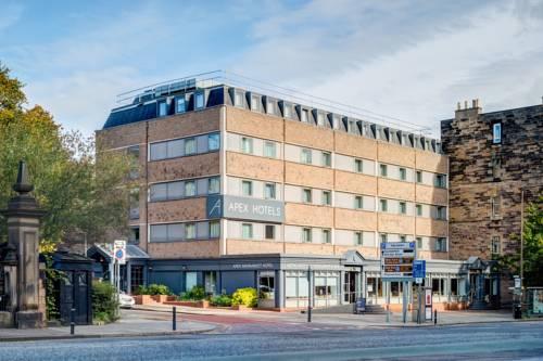 Budynek hotelu apex haymarket hotel obok głównej ulicy