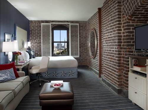 Wnętrze z piękną cegłą w hotelu argonaut hotel a noble house hotel