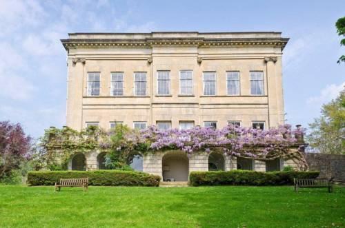 Śliczny i domowy hotel Bailbroock House z kwiatową balustradą