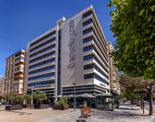 Budynek i ławeczki przed hotelem Barcelo Cadiz