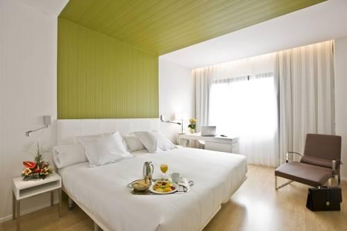Wnętrze wraz ze śniadaniem na tacy w hotelowym pokoju w Occidental Castellana Norte, Hiszpania
