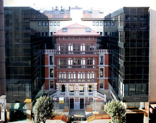 Hotel pomiędzy nowoczesnymi budynkami