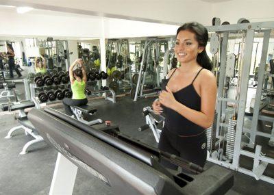 Kobieta ćwiczaca na hotelowej siłowni