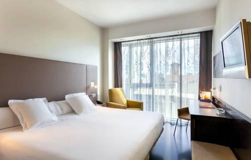 Pokój dla dwojga z telewizorem i zółtym fotelem w Hotelu Occidental Madrid Este, Hiszpania