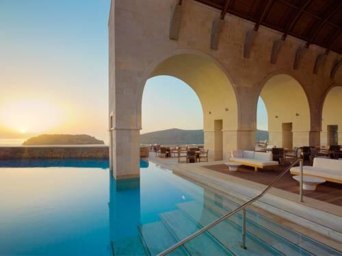 Piekny widok z basenu przy zamkniętym tarasie w hotelu Blue palace a luxury collection resort spa