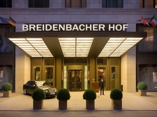 Ozdobny bluszcz przed wejście do breidenbacher hof a capella hotel