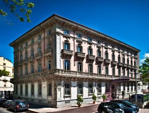 Piękna kamienica, w której znajduje się hotel Chateau Monfort