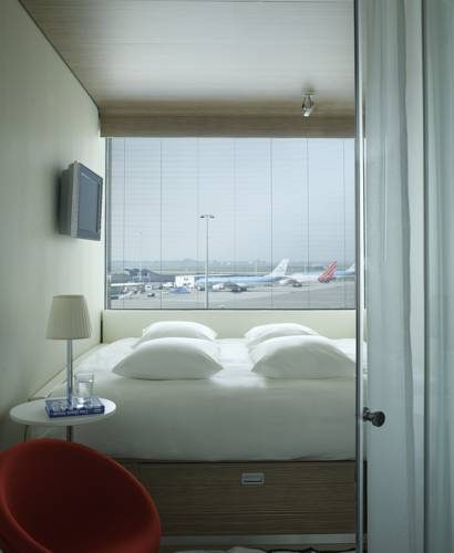 Sypialnia w hotelu citizenm hotel amsterdam airport obok lotniska
