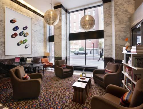 Regał z książkami i fotele w Affinia Hotels & Suites, Stany Zjednoczone