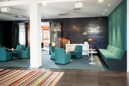 Turkusowe fotele w Elite Hotel Arcodia