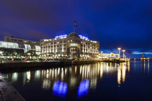 Odbicie pięknie oświetlonego budynku hotelu Elite Hotel Marina Plaza