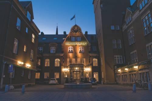 Oświetlone wejście do pokoju elite Stadshotellet vasteras