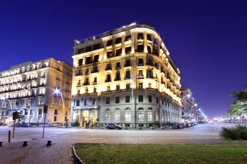 oświetlony budynek hotelu eurostars hotel excelsior
