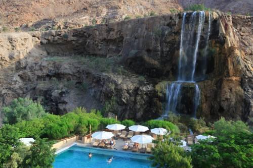 Wodospad oraz basen w Evason main hot springs