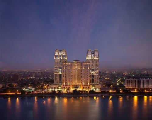 Zdjęcie przedstawiające Fairmont Nile City Hotel wieczorną porą, Egipt