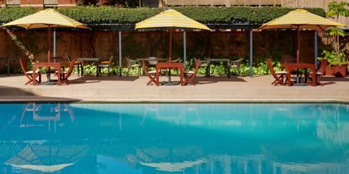 stoliki nad basenem w hotelu Faimont the Norfolk