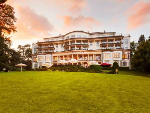 Hotel falkenstein grand kempinski i przestrzeń trawy