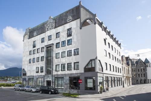 Biały budynek first hotel w atlantica