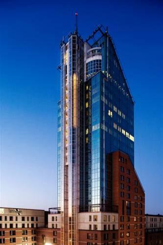 Wyróżniający się na tle innych budynków wysoki hotel Hotel Plaza, Szwecja