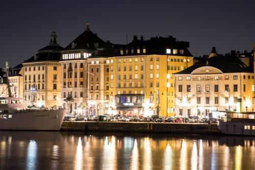 Oświetlony nocą hotel First Hotel Reisen