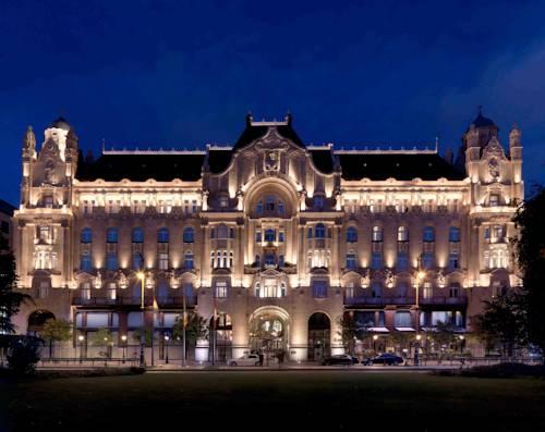 Oświetlony budynek four season gresham palace