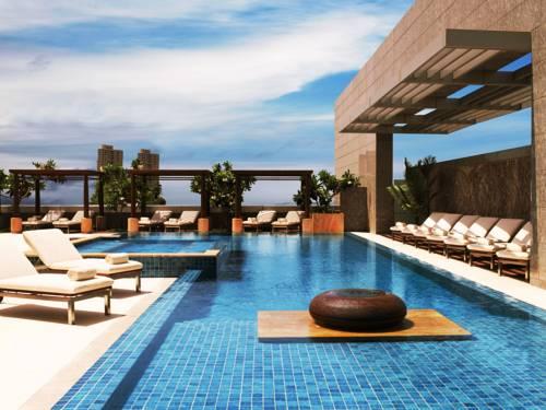 Błękitny basen w Four Seasons Hotel Mumbai, Indie