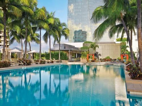 Basen i palmy przed hotelem foru season residences