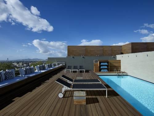 Taras widokowy raz z basenem i leżakami w Fresh Hotel