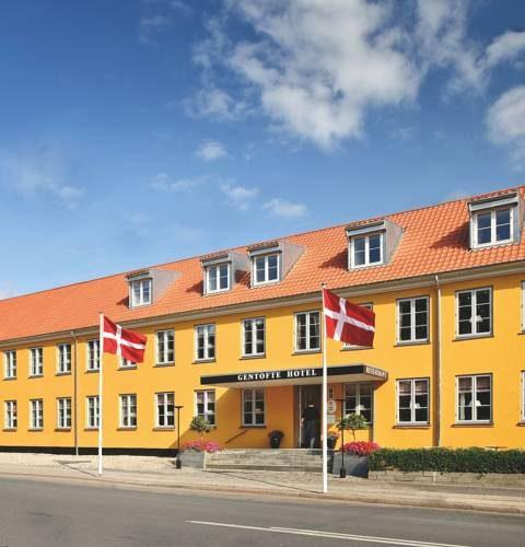 Pomarańczowy budynek hotelu gentofte hotel