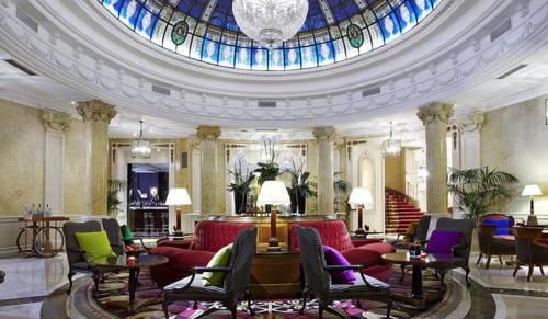 Pałacowe wnętrze holu w hotelu Gran Meliá Fénix, Hiszpania