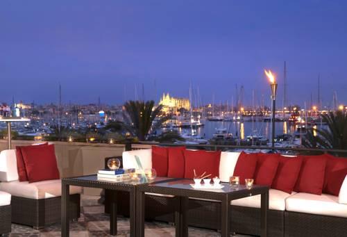 Widok na zatokę i port ze statkami z tarasu hotelu Gran Meliá Victoria, Hiszpania