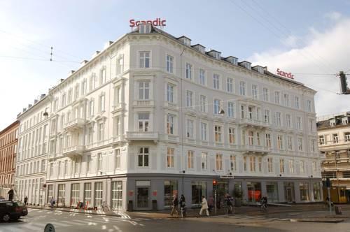 Biały budynek hotelu grand hotel