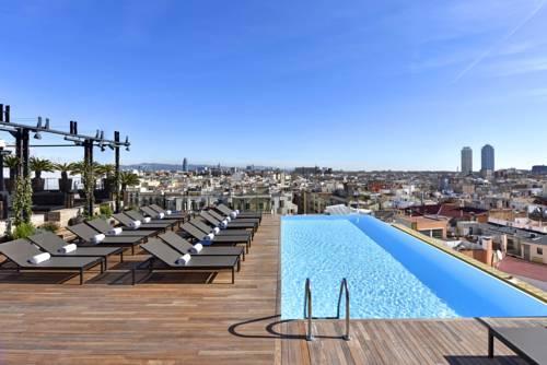 Widok na miasto z tarasu z basenem w hotelu Grand Hotel Central