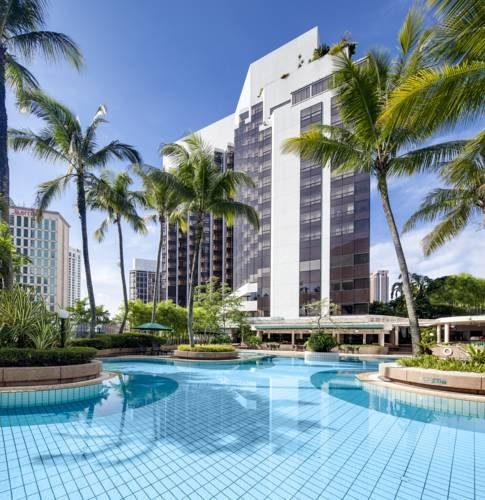 Basen i palmy przy hotelu Grand Millennium