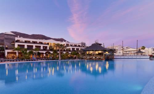 Hotel H10 Rubicon Palace przy zachodzacym słońcu