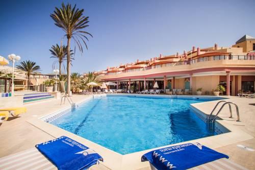 Hotelowy basen z firmowymi ręcznikami w h10 sentido playa esmeralda