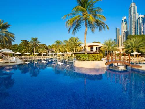 Basen z mostkiem oraz strefą leżaków w Habtoor Grand Resort, Autograph Collection, Zjednoczone Emiraty