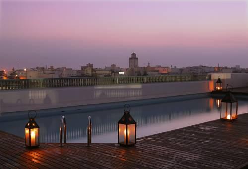 Basen i widok na miasto z tarasu w hotelu heure bleue palais