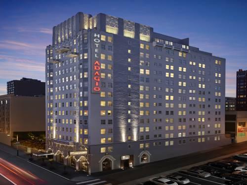 Duży budynek hotelu Adagio Autograph Collection